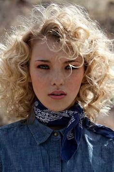 Heb je krullen en ben je op zoek naar een origineel kapsel? Check deze 13 fantastische krullende kapsels met kort haar!