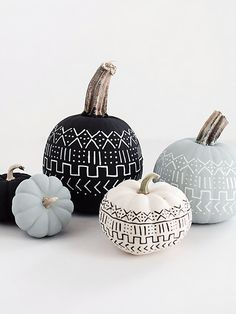 13 Modern DIY Halloween Pumpkin Ideas // Create a mud cloth inspired pumpkin with some chalk paint and paint pen to include the popular pattern in your fall decor. Halloween Elegante, Chic Halloween Decor, Diy Halloween Decorations For Your Room, Halloween Pumpkins, Fall Halloween, Halloween Cupcakes, Halloween Party, Happy Halloween, Halloween Office