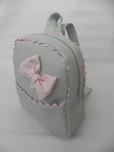 Hoy os queremos enseñar tres mochilas de niña que nos han encantado, el diseño es el mismo con algún detalle diferente, pero ese pequeño det... Mini Backpack, Leather Backpack, Baby Bedroom Furniture, Backpack Pattern, Pouch Tutorial, Bag Patterns To Sew, Simple Bags, Girl Hair Bows, Kids Bags