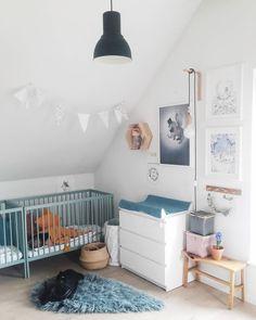 Une chambre de bébé en total look bleu et blanc