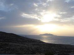 Lieux à découvrir absolument quand vous êtes de passage à El Haouaria :Zembra (زمبرة) est une île rocheuse située dans le nord-est du golfe de Tunis. Située à une quinzaine de kilomètres de Sidi Daoud et à une cinquantaine de kilomètres du port de La Goulette, elle représente le prolongement naturel de la péninsule du cap Bon. Sa superficie est de 389 hectares1. L'îlot de Zembretta, situé à environ cinq kilomètres à l'est, a une superficie de deux hectares. (wikipedia¨) www.darzenaidi.com