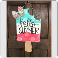 Excellent Free of Charge summer Door Hanger Concepts For the uninitiated, door hangers are those advertisements that people leave hanging on your front d Cute Crafts, Crafts To Make, Diy Crafts, Neon Crafts, Burlap Door Hangers, Wood Door Hanger, Letter Door Hangers, Craft Night, Diy Signs