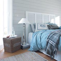 Honnêtement, j'aime tout de ce style. J'ADORE le mur en lattes de bois, mais vraiment, J'ADORE. Le panier en osier comme table de chevet, idée à retenir, c'est super original. Une lampe sur pied aussi, c'est tellement beau. Et la tête de lit : un gros j'aime!!!! Le couvre-lit bleu qui nous fait penser l'océan et le tapis pour nous rappeler le sable. Une combinaison parfaite : ça y est, on est comme dans le sud!