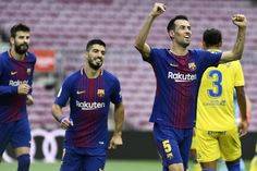 Barcelona's Spanish midfielder Sergio Busquets (R) celebrates after scoring a goal during the Spanish league football match FC Barcelona vs UD Las Palmas played behind closed doors at the Camp Nou stadium in Barcelona on October 1, 2017. / AFP PHOTO / JOSE JORDAN
