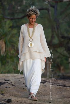 Loose fit beige linen gauze tunic perfect for wedding party Looks Boho Fashion Over 40, Over 50 Womens Fashion, Look Fashion, Fashion Outfits, Fashion Trends, 70s Fashion, Korean Fashion, Winter Fashion, Fashion Tips