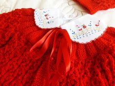 **PRODUTO A PRONTA ENTREGA**    Casaquinho em tricô feito a mão.  Cor: Vermelho  Tamanho: 3 a 6 meses  Peças:  - 1 Casaquinho  - 1 camisinha com gola bordada  - 1 touca