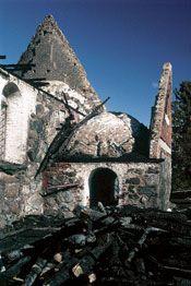 Polttaja oli murtautunut kirkkoon asehuoneen viereisestä ikkunasta.Tuhopoltto 21.syyskuu 1997