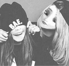 Left:Teddy is 16 and love graffiti and penny boards right:Brooke is also 16 she loves sweater weather and is obsessed with coffee but also love horror films Non Disney Princesses, Disney Princess Movies, Disney Songs, Disney Theme, Cute Drawings Tumblr, Bff Drawings, Princesa Real, Princesa Disney, Princesse Disney Swag