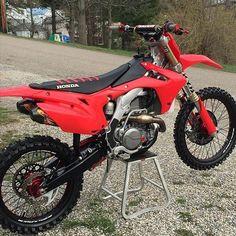 Photo Kawasaki Dirt Bikes, Ktm Dirt Bikes, Honda Dirt Bike, Cool Dirt Bikes, Dirt Bike Gear, Mx Bikes, Motorcross Bike, Motocross Gear, Dirt Scooter