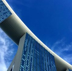 Half Sky and Half Marina Bay (in oblique). . . . #half #halfandhalf #halfplushalf #halfandhalfproject #oblique #bluesky #singapore #ig_singa #ig_singapore #inlovewithsingapore #lovesingapore #under #skyline #skyscrapers #instagood #instalove #instadaily #instatravel #instamoments #picoftheday #postcardsfromtheworld #golook #ihavethisthingwithskies #worldwithfriends #summer #summer2017 #holiday #travel…