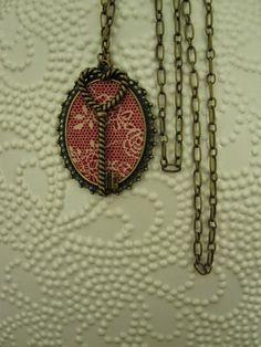 Este fio com pendente em tecido vermelho, ficou lindo! :)
