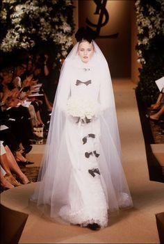 les robes mythiques de la haute couture mariage claudia schiffer et laetitia casta. Black Bedroom Furniture Sets. Home Design Ideas