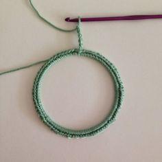 Etape 2 pour réaliser un cadre en crochet à partir d'un cercle d'abat jour.