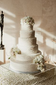 Wedding Cake | Acrylic or Glass Cake Stand | Photography: Shaun Menary