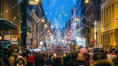 Jouluvalot sytytetään Aleksanterinkadulle marraskuun lopussa. (c) Jussi Hellsten