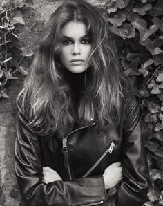 Kaia Gerber is a 'Force of Nature' for the October 2017 issue of Vogue UK. Captured by Lachlan Bailey, the daughter of Cindy Crawford breaks out on her own wearing chic outerwear looks. Kaia Gerber, Kaia Jordan Gerber, Vogue Uk, Cindy Crawford, Old Models, Female Models, Women Models, Uk Fashion, Fashion Models