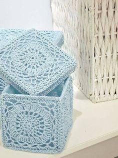 Achei na internet estas lindas caixas de crochê,Mas tenho gráfico infelizmente.             Receita para endurecer o crochê      2 colher...