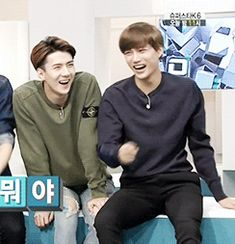 [GIF] Kai is always hitting someone when he laughs lolol