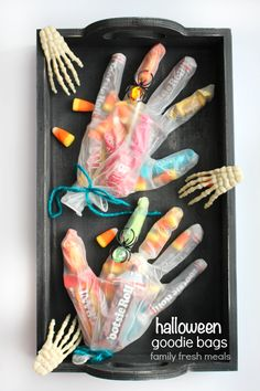 These Creepy Halloween Goodie Bags make a great favor for a Halloween party, or a fun craft idea for home or school. They're really easy to make, too. Halloween Goodie Bags, Diy Halloween Treats, Halloween Goodies, Creepy Halloween, Halloween Crafts For Kids, Holidays Halloween, Fun Crafts, Halloween Party, Halloween Decorations