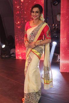 Kerala Saree Blouse Designs, Saree Blouse Neck Designs, Half Saree Designs, Fancy Blouse Designs, Onam Saree, Kasavu Saree, Set Saree Kerala, Kerala Engagement Dress, Traditional Sarees