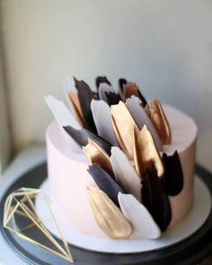 Супермодные сейчас шоколадные перья и у меня Покрытие кремовое Идея декора @kalabasa - - - #cake #chocolate #chocolatefeather #beautiful…