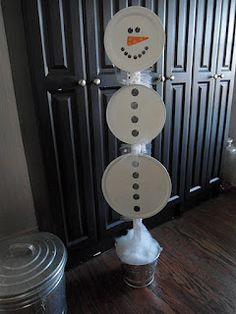Super cute and cheap Christmas decor - made with pizza pans, burner covers and platters... Time to raid the dollar tree!