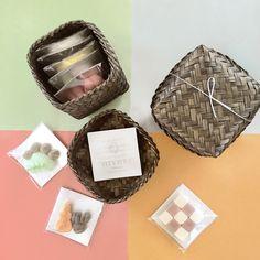 「詰め合わせギフト」誰かの顔を思い浮かべながら、好きなカタチを選んで・・・。自分だけのオリジナル日和セットが作れます。可愛い竹のカゴに詰まった、少しお得な和三盆のセットです。<取扱 日和制作所> Craft Markets, Coasters, Frame, Tokyo, Crafts, Home Decor, Picture Frame, Manualidades, Decoration Home
