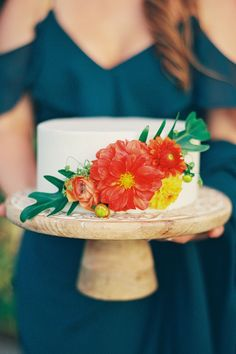 """From the editorial """"This VoluSpa Candle Inspired Their Signature Scent for This Couple's Hawaiian Wedding Weekend."""" Thinking about having a smaller wedding cake? Look no further! We just love the style of this couple's tropical one tier cake! Such a great option if you have a short guest list or would rather incorporate more dessert ideas!  Photography: @dmitriandsandra  #weddingcake #smallweddingcake #onetiercake #tropicalweddingcake #hawaiiwedding"""