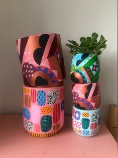 23 cool ways to make your small apartment feel summery: pink abstract planters Rental House Decorating, Apartment Decorating On A Budget, Painted Plant Pots, Painted Flower Pots, Air Plant Display, Plant Decor, Bright Decor, Colorful Decor, Hanging Air Plants