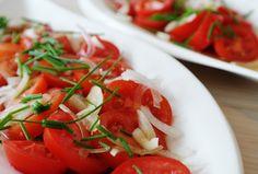 Ensalada de tomate con cebollino.   Aunque el cebollino pase desapercibido, no te olvides de él porque le da un sabor inigualable. #recetas #cocina #5Cook #5ingredientes