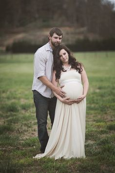 Romantic Outdoor Maternity Session By Valerie Shelton Photography via Fawn Over Baby Blog  #maternity, #maternityphotography, #vintage, #nostalgia, #photography, #outdoorphotography