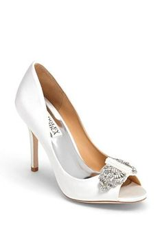 A classic jewel-toed pump by Badgley Mischka #weddingshoes #bridalshoes #brideshoes #hautecouture #wedding #luxurywedding #martrimonio #boda #casamento #mariage #nuptials #bride #bridal #sposa #noiva #novia #groom #sposo #noivo #novio
