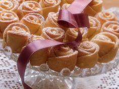 Růžemi z tvarohového těsta ohromíte. Chuťově jsou skvělé a jejich výroba spočívá v malém triku. Recept na těsto najdete na našem blogu.