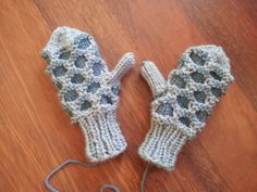 I searched and searched and just couldn't find a pattern that I was satisfied with for these little mittens. There are some really amazing patterns out there for these mittens, but none that … Baby Hat Knitting Patterns Free, Knitted Mittens Pattern, Knitted Hats Kids, Knit Mittens, Knitting For Kids, Free Knitting, Knitting Projects, Baby Knitting, Free Pattern