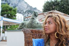 Beyonce's initial necklace is dope...
