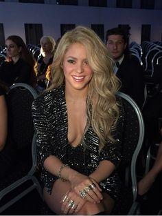 Shakira - Data y Fotos Shakira Hair, Music Shakira, Crest 3d White, Shakira Mebarak, Curls For Long Hair, Female Singers, Beautiful Celebrities, Celebs, Sexy Women