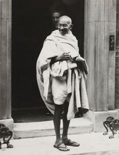 Mahatma Gandhi pictured on the steps of 10 Downing Street, after he visited the Prime Minister Mahtma Gandhi, Gandhi Life, Mahatma Gandhi Photos, Gandhi Quotes, Quotes Quotes, Flash Wallpaper, Wallpaper Quotes, Pawan Kalyan Wallpapers, Freedom Fighters Of India