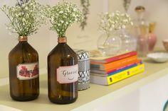 Decora Rosenbaum Temporada 3 - Quarto de Menina.  COmposição livros, flores e garrafas. Foto: Felipe Felco Valle