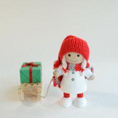 プレゼントをひいた白いコートの女の子