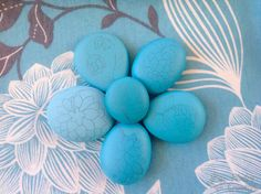 Drawing on painted stones of blue flowers Stone Painting, Blue Flowers, Easter Eggs, Drawings, Painted Stones, Crafts, Ideas Para, Decorative Rocks, Painted Rocks