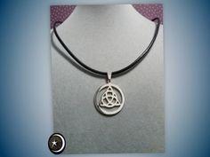Colgante Triqueta Celta ( simboliza la vida, la muerte y el renacimiento (vida, muerte y reencarnación para los celtas). de acero y cordón de cuero negro