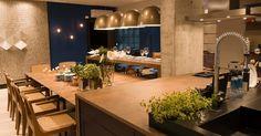 Para os homens que gostam de cozinhar, a arquiteta Juliana Pippi projetou a Sala do Marido Gourmet, composta de um amplo living com cozinha integrada. A Casa Cor Santa Catarina, pela primeira vez, acontece simultaneamente em Florianópolis e na Praia Brava, em Itajaí. As duas sedes do evento apresentam, no total, 45 ambientes até 30 de junho de 2013