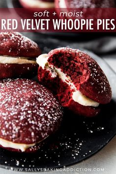 How to make moist and soft red velvet whoopie pies filled with cream cheese fill… - Birthday Cupcake Ideen Donut Recipes, Banana Bread Recipes, Best Dessert Recipes, Cupcake Recipes, Pie Recipes, Fun Desserts, Cookie Recipes, Delicious Desserts, Yummy Food