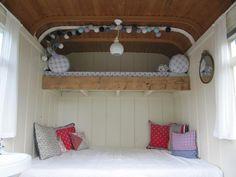 Romantisch slapen in een woonwagen met sfeer. Kijk voor meer op www.woon-schaftwagens.nl