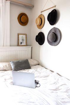 Hoeden in slaapkamer ophangen | Stek Magazine Bedroom Pictures, Bedroom Images, Declutter Your Home, College Dorm Rooms, Room Essentials, Bedroom Styles, Beautiful Bedrooms, Bedroom Decor, Bedroom Ideas