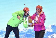 Šampaňské se za pomoci Dahlmeierové podařilo Koukalové otevřít Rain Jacket, Windbreaker, Bronze, Sport, Jackets, Fashion, Down Jackets, Moda, Deporte