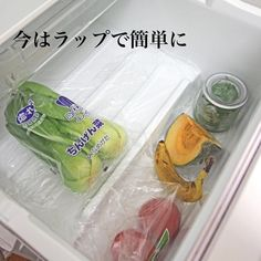 """森矢くま☆ on Instagram: """"2018/07/30 おはようございます🤗 今日も暑いですね💦 . 私の方は冷蔵庫収納を見直してます。特に野菜室は簡単にラップを下に敷くだけにしてみました。 . ラップが取れることもあるのですが、何も敷かないよりは、かなり掃除がラクになりました😆 全部か取れるわけではないので♡…"""" Life Hackers, Moving Tips, Clean Up, Housekeeping, Clean House, Living Room Designs, Keep It Cleaner, Water Bottle, Woodworking"""
