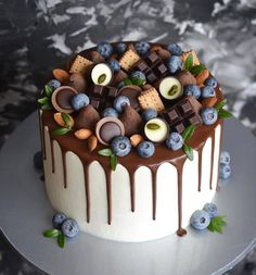 Idea how to set a rich and effective decoration on a plain cake using ready chocolate bars and chocolate candies. Cake Recipes, Dessert Recipes, Hazelnut Cake, Birthday Cake Decorating, Birthday Desserts, Cool Wedding Cakes, Gold Macaron Wedding Cake, Blueberry Cake, Drip Cakes