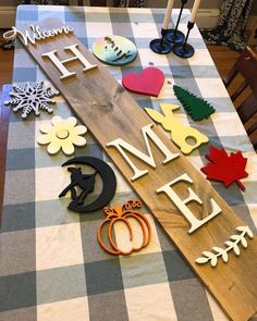 You guys asked for it so this is it! An interchangeable welcome sign! Let me kno… You guys asked for it so this is it! An interchangeable welcome sign! Let me know what y'all think! Winter-snowflake and Christmas tree… Cute Crafts, Diy And Crafts, Wood Projects, Craft Projects, Craft Ideas, Craft Night, Crafty Craft, Crafting, Porch Decorating