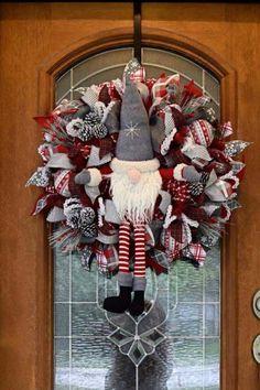 Gold Christmas Decorations, Christmas Wreaths To Make, Christmas Mantels, Holiday Wreaths, Holiday Ornaments, Christmas Home, Christmas Holidays, Christmas Crafts, Christmas Island